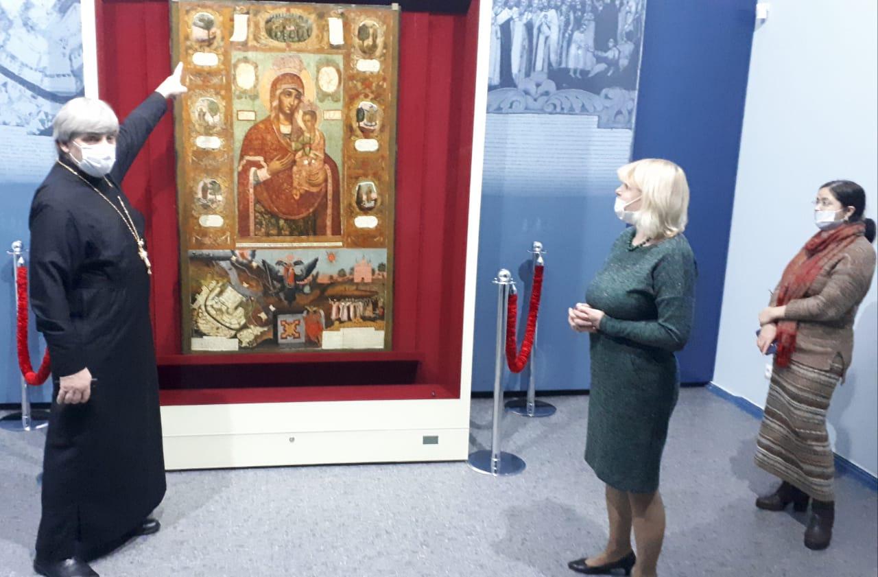 Воспитанники иконописного отделения Донской духовной семинарии посетили выставку уникальной Азовской иконы Божьей Матери