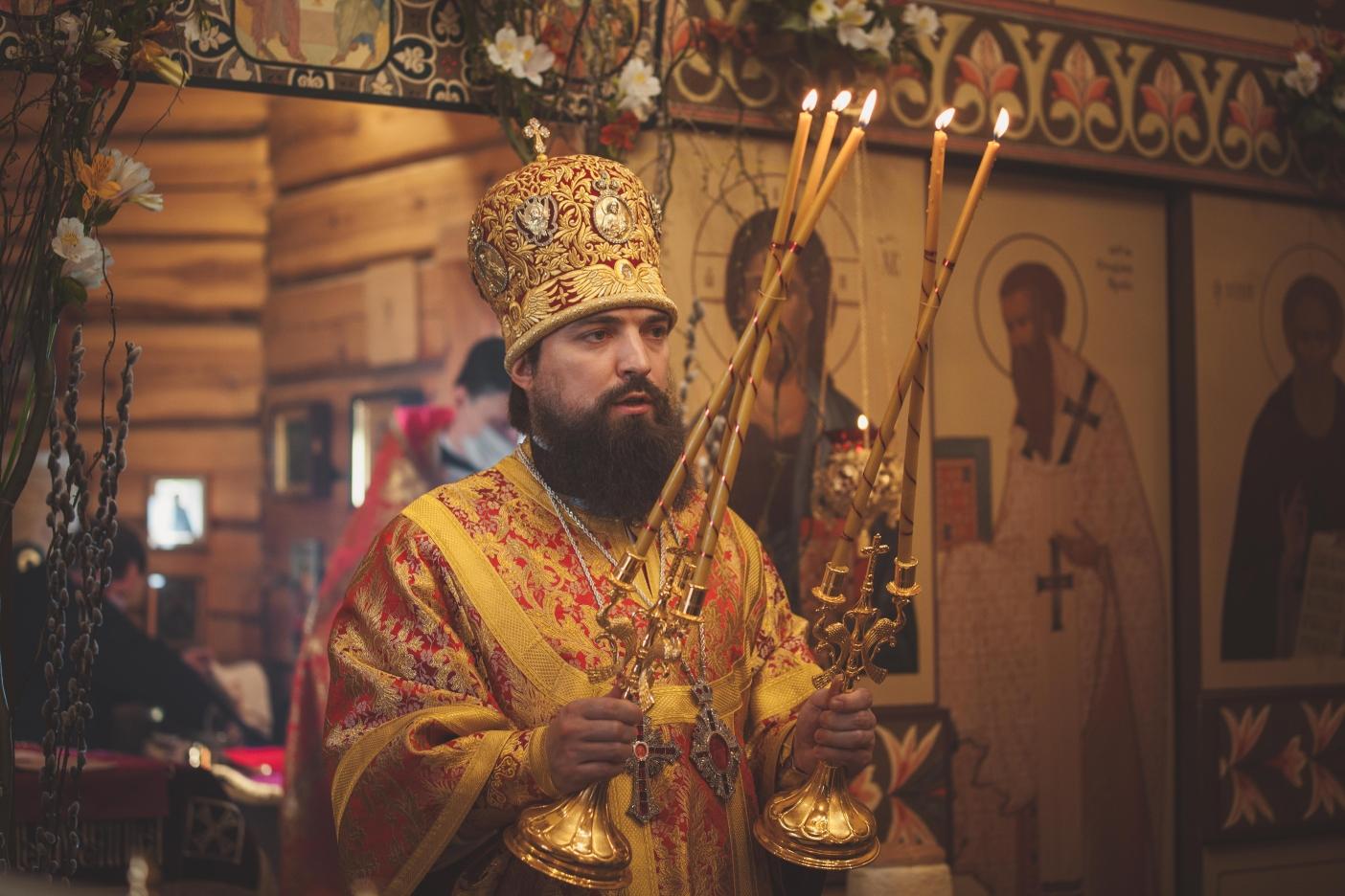 Епископ Таганрогский Артемий освятил иконы, написанные студентами иконописного отделения ДДС
